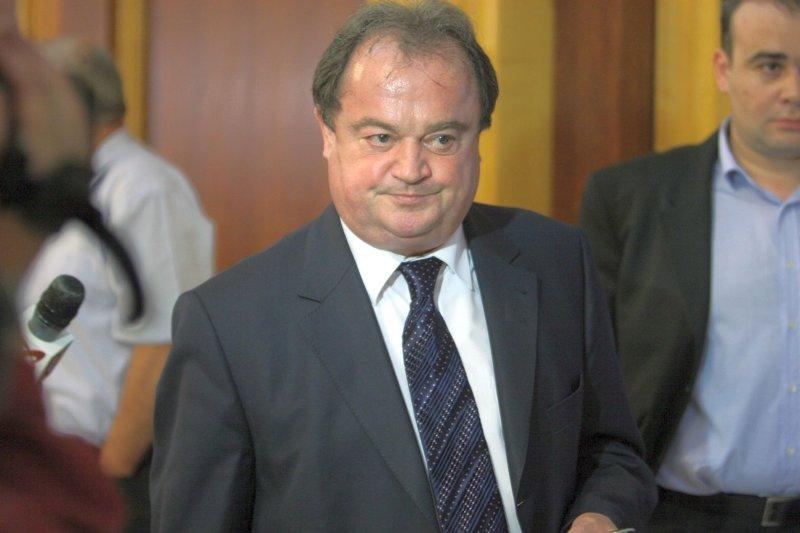 Ministrul Dezvoltarii Regionale si Locuintei, Vasile Blaga, pleaca la finalul intalnirii Colegiului Director National al PD-L organizata cu ocazia analizei rezultatelor alegerilor europarlamentare, in Bucuresti